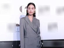 马伊琍抹胸裙性感 秦舒培产后复出一袭灰色西装帅气有型
