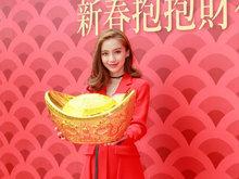 Angelababy红裙在香港出席新春活动 将给工作人员和家人派大红包