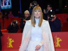 """第68届柏林电影节 裴淳华穿蛋糕裙现身似""""白雪公主"""""""