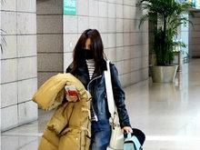 王丽坤素颜口罩遮面独自现身机场 拖着行李箱略显狼狈
