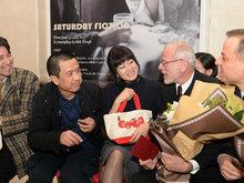 与娄烨坐一起 53岁巩俐频咬手指嘟嘴卖萌刘海发型减龄