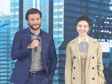 《环太平洋2》主创现身中国 导演与斯科特与机甲风筝合影