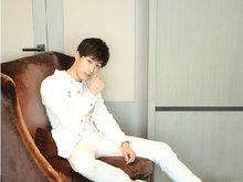 王钰威品牌活动造型多变玩转时尚 印花T恤阳光帅气