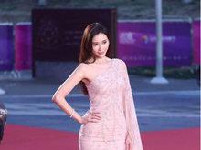 林志玲亮相北影节闭幕红毯 单肩裙显身材女神范儿十足