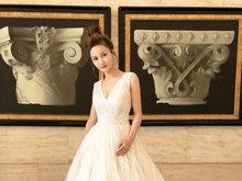 李诺深V出席活动婚纱穿出了仙女气 优雅大方气场全开