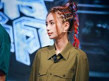 Angelababy彩色脏辫录节目 妆容精致时尚酷帅超有型