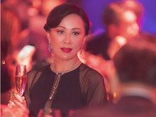 刘嘉玲妆容精致优雅小酌香槟 妆容精致红唇似火面带微笑