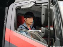 周杰伦驾中国新歌声试音车现身街头 随时接受路人上车试音