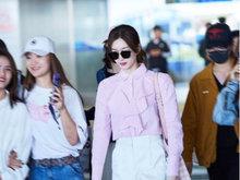 江疏影亮相机场 粉色荷叶边衬衫清新奶萌超凉爽