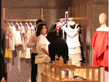 刘嘉玲与男友人逛街买衣服 随行大方见偷拍显淡定