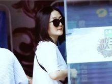 谢娜产后与老公合体录《快本》 现场聚集不少张杰粉丝