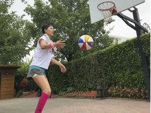 那英素颜打篮球动作潇洒 头戴发带美腿吸睛