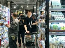 陈学冬逛超市被偶遇 白衣黑裤十分休闲阳光