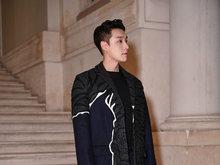 张艺兴穿花纹大衣巴黎看秀 造型前卫显绅士气质