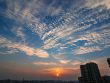 唯美夢幻!攝影師拍下日落前天空的變化