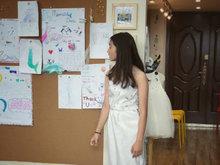 黄磊女儿多多设计礼服 英文阐述创作历程