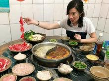 43岁佘诗曼重庆吃火锅 瞪大双眼望着俏皮似少女
