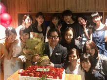 AKB48新老成员为秋元康庆生 场面气氛热闹