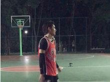 网友偶遇吴亦凡打篮球 这么帅还打得一手好球