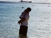 陈赫带女儿海边度假 ANAN紧搂爸爸十分可爱