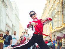 戚薇俄罗斯街头秀运动范 看起来青春有活力