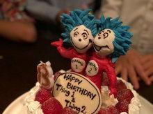 梁洛施首晒双胞胎庆生照 生日蛋糕造型各异很新颖