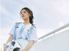赵露思清新装扮化身足球少女 助力世界杯
