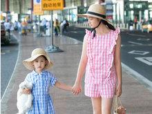 多多与多妹穿姐妹装出街 两姐妹五官秀美笑容满面