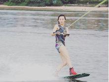 张柏芝着紧身衣热裤出海玩冲浪 小腹平坦破怀孕传闻