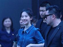刘亦菲现身笑容甜美保镖随身 身材苗条美丽动人