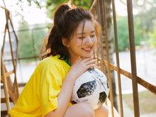 赵露思发文助威世界杯 足球女孩运动装扮明亮活力