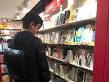 靳东香港机场逛书店被偶遇 戴眼镜犹如文艺青年