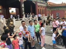 刘烨逛故宫被包围 和粉丝亲切聊天无明星架子