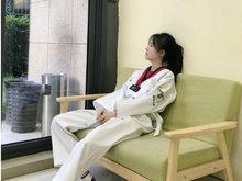 鞠婧祎穿跆拳道服气质清新 帅气高踢腿