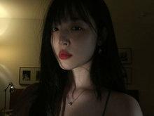 雪莉雪肤红唇妩媚撩人 昏暗灯光下香沟微露