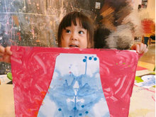 咘咘创作青花瓷出炉超开心 真是小小艺术家