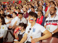 吴尊带NeiNei看世界杯 脸上画着俄罗斯的国旗