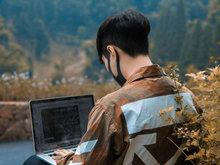 张艺兴晒照预告三辑 操作电脑背影专注认真