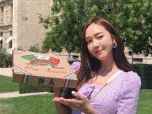 郑秀妍化身外卖员 手举披萨盒俏皮甜笑