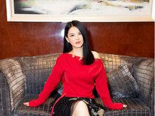 李湘妩媚撩发性感满满 小露香肩锁骨迷人