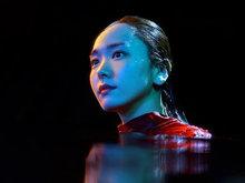 新垣结衣水下拍摄广告 红裙迷人气质优雅