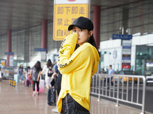 刘芸帽衫短裤现身机场 休闲时髦又青春减龄