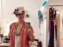 梁咏琪服饰店试帽子 展现浓郁的西班牙风情