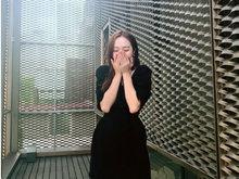 郑秀妍晒出一组美照 穿黑色礼服秀锁骨