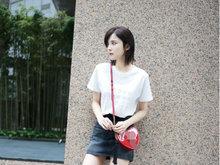 古力娜扎穿T恤短裙凹造型 美丽动人