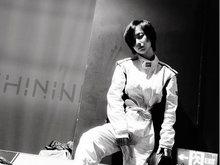 李春嫒黑白写真曝光 短发利索帅气迷人