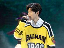 王源亮相第17届华表奖 献唱歌曲传递青年演员正能量