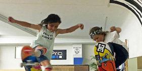国外两姐弟表演超高滑板技能令人咋舌