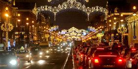 俄圣彼得堡迎接新年 街头节日气氛浓