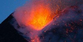 意大利火山喷发 灼热岩浆如火花四溅